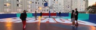 O mítico campo de basquetebol do Bairro dos Lóios, em Chelas, mais conhecido por Chicago, ganha agora nova vida com intervenção da dupla de arte urbana Halfstudio, num projeto de revitalização do espaço para as novas gerações promovida pela Hoopers,
